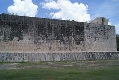 Storslagen Ballcourt fasad i Chichen Itza, Mexico Royaltyfri Bild