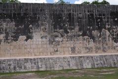 Storslagen Ballcourt fasad i Chichen Itza, Mexico Royaltyfria Foton
