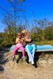 Storslagen barnundervisningfarmor hur man tar fotoet genom att använda mobiltelefonen royaltyfria foton