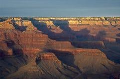 storslagen bergsolnedgång för kanjon arkivfoto