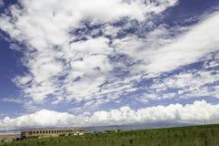 Storslagen blå himmel och vitmoln Arkivfoto