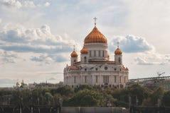 Storslagen domkyrka av Kristus frälsaren i sommaren i Moskva mot bakgrunden av en härlig molnig himmel Royaltyfri Fotografi