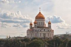 Storslagen domkyrka av Kristus frälsaren i sommaren i Moskva mot bakgrunden av en härlig molnig himmel Royaltyfri Bild