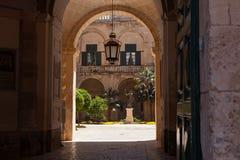 Storslagen förlages slottborggård, Valletta, Malta Royaltyfri Bild