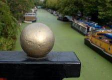 Storslagen facklig kanal på lilla Venedig, Paddington, London Vattnet täckas i gröna alger efter sommarheatwaven, 2018 royaltyfri fotografi