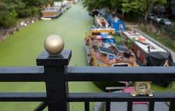 Storslagen facklig kanal på lilla Venedig, Paddington, London Vattnet täckas i gröna alger efter sommarheatwaven, 2018 arkivfoto