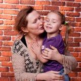 storslagen farmor för dotter henne Arkivfoton