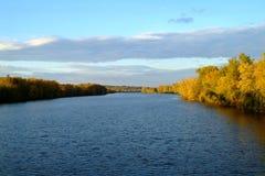 storslagen flod Arkivfoton