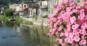 Storslagen flod på Paris, Kanada med blommor främst 4K stock video