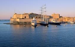 storslagen hamn malta över solnedgång Royaltyfri Foto