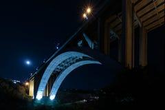 Storslagen Hrazdan bro Yerevan, Armenien Den nedersta sikten för Kievyan bro En-välva sig bro över den Hrazdan floden in Royaltyfri Fotografi
