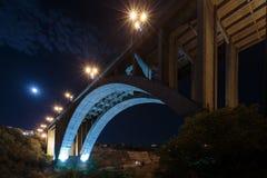 Storslagen Hrazdan bro Yerevan, Armenien Den nedersta sikten för Kievyan bro En-välva sig bro över den Hrazdan floden in Fotografering för Bildbyråer