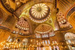 Storslagen inre av den blåa moskén Arkivbild