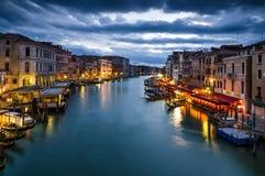 Storslagen kanal av Venedig vid natt, Italien Royaltyfria Bilder