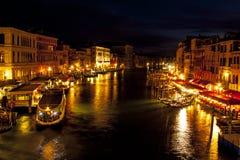 Storslagen kanal från den Rialto bron - Venedig, Italien Fotografering för Bildbyråer