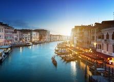 Storslagen kanal i solnedgångtid, Venedig royaltyfria bilder