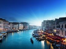 Storslagen kanal i solnedgångtid, Venedig arkivbild