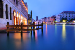 Storslagen kanal i Venedig i aftonen Arkivfoto
