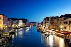 Storslagen kanal i Venedig i Italien på solnedgången arkivfoton