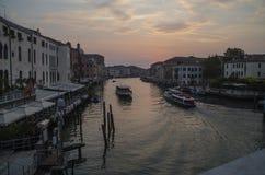 Storslagen kanal i Venedig på gryning i Augusti arkivfoton