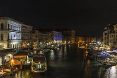 Storslagen kanal i Venedig på natten royaltyfri foto
