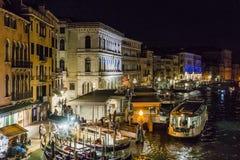 Storslagen kanal i Venedig på natten royaltyfri fotografi