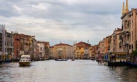 Storslagen kanal i venice, Italien Arkivfoton