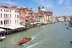 Storslagen kanal med fartyg Venedig Italien - 23 04 2016 Arkivbild