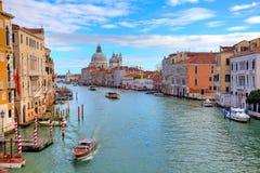 Storslagen kanal och Santa Maria della Salute. Arkivfoton