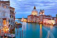 Storslagen kanal på natten i Venedig, Italien arkivbilder