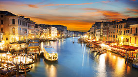 Storslagen kanal på natten, Venedig Arkivbilder