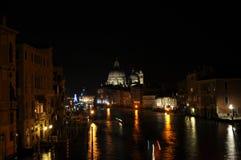 Storslagen kanal vid natt Royaltyfri Foto