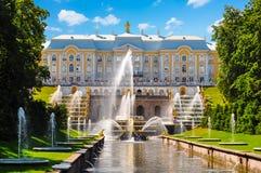 Storslagen kaskad av den Peterhof slott-, Samson springbrunnen och springbrunngränden, St Petersburg, Ryssland royaltyfri bild