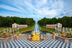 Storslagen kaskad av den Peterhof slotten arkivbild