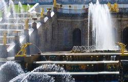 Storslagen kaskad av springbrunnar i Peterhof Fotografering för Bildbyråer