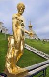 Storslagen kaskad för springbrunnar i Pertergof, St Petersburg, Ryssland Arkivbilder