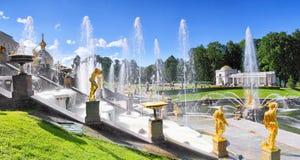 Storslagen kaskad i Pertergof, St-Petersburg Arkivbilder