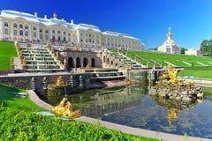 Storslagen kaskad i Pertergof, St-Petersburg Royaltyfria Foton