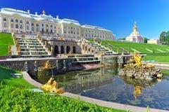Storslagen kaskad i Pertergof, St-Petersburg Arkivfoton