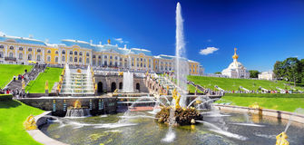 Storslagen kaskad i Pertergof, St-Petersburg Arkivfoto