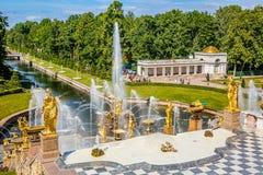 Storslagen kaskad i Peterhof, St Petersburg Royaltyfri Foto