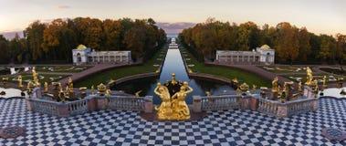 Storslagen kaskad i Peterhof, St Petersburg Royaltyfria Bilder