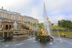 Storslagen kaskadspringbrunn, Peterhof, St Petersburg Fotografering för Bildbyråer