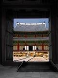 storslagen koreansk slott för dörröppning till royaltyfria bilder