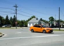 Storslagen krökning, Ontario, Kanada - 02 Juli 2016: Den orange bilen stoppade a Royaltyfri Bild