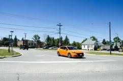 Storslagen krökning, Ontario, Kanada - 02 Juli 2016: Den orange bilen stoppade a Royaltyfria Bilder