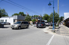 Storslagen krökning, Ontario, Kanada - 02 Juli 2016: Trafik och bilar på Arkivfoton