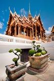 Storslagen kunglig slott med bonsaitreeträdgården Arkivfoto