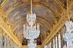Storslagen ljuskrona och utsmyckat tak fotografering för bildbyråer