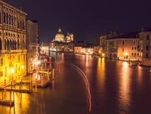 storslagen natt venice för kanal fotografering för bildbyråer